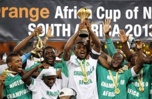 1292841_nigeria-s-players-celebrate-winning-the-african-nations-cup-afcon-2013-final-soccer-match-against-burkina-faso-in-johannesburg