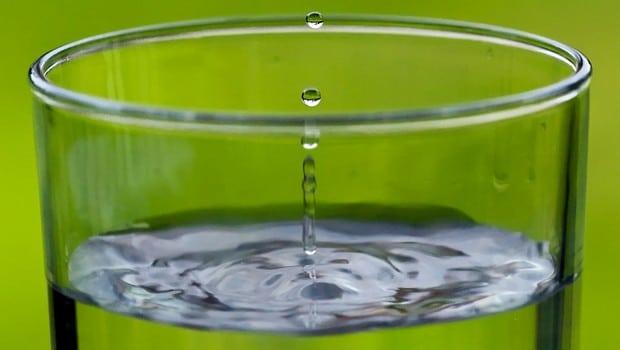 verre eau gros plan fond vert gouttes écologie environnement