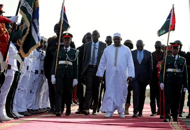 Gambie: de retour chez lui, Adama Barrow accueilli en messie