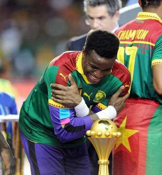 Joseph Fabrice Ondoua admire le trophée de la Coupe d'Afrique des Nations