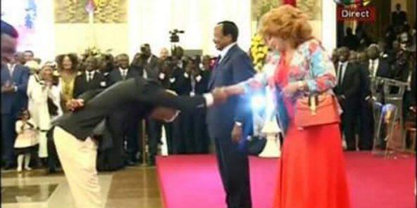 Cameroun: un joueur en mode #BidoungChallenge devant le couple Biya