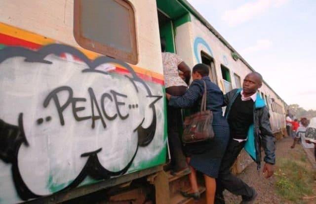 Un jeune Kenyan utilise le pinceau comme arme de riposte à la violence (vidéo)