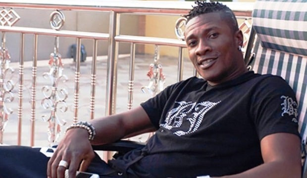 Asamoah Gyan relaxes next to his pool at his apartment in Accra, Ghana ©ChristianThompson/BackpagePix