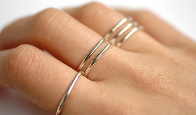 brand new cfe9e 73526 Outre l anneau nuptial, le port d une bague est dans la majeure partie des  cas un habillage esthétique. Mais attention, les joyaux ne doivent pas  enfilés à ...