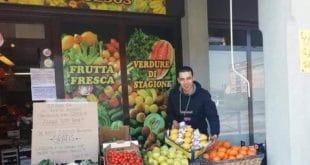 Italie : un jeune maghrébin ouvre gratuitement sa boutique aux italiens