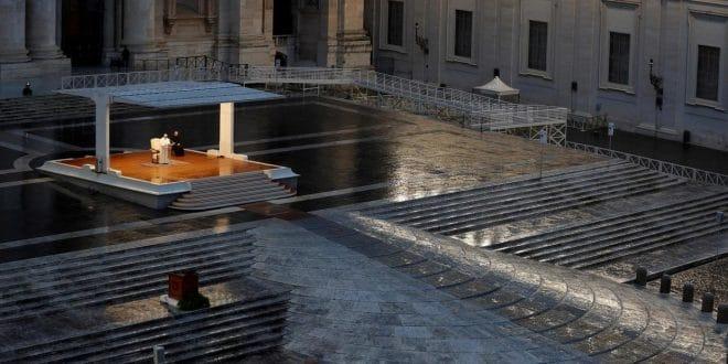 Vatican : le pape, seul en prière devant la place Saint-Pierre 'vide'
