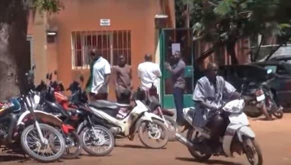 Burkina Faso: venu à moto, il dépose sa candidature à la présidentielle