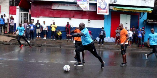 Libéria : George Weah joue au Maracana dans la rue (Vidéo)