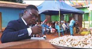 Cameroun : Hassan Mounpe, le jeune sapeur vendeur d'arachide (vidéo)